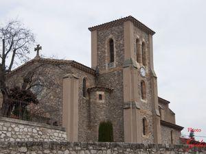 L'église d'Argens-Minervois et le château.
