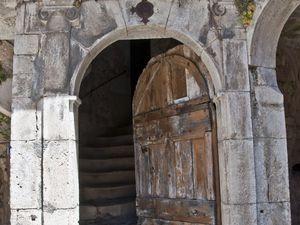 Maison du XVè - XIIè siècle contemporaine de l'enceinte fortifiée, elle a été fortement remaniée et embellie au XVIIè siècle. Sa terrasse à balustre, son escalier extérieur et sa tourelle d'escalier à vis en font le plus bel exemple d'architecture classique de Sainte Eulalie.