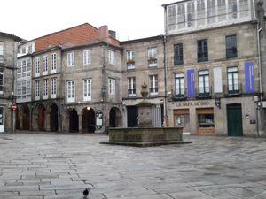 Santiago-de-Compostela qui se prépare,  au tout petit matin,  à  accueillir pèlerins et touristes, nettoyage des rues de la vieille ville,