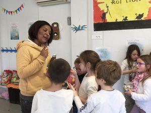 Les enfants ont été gâtés distribution oeufs en chocolat