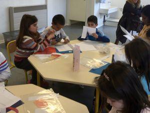 les enfants concentrés pour préparer leurs calendriers des anniversaires