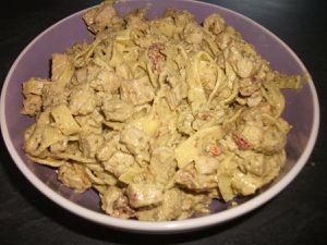 Tagliatelles au pesto, poulet et tomates séchées