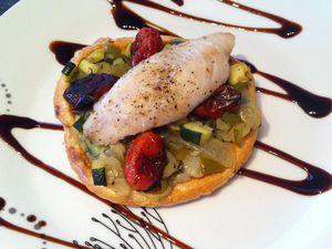 Tarte feuilletée à l'anchoiade, fondue de légumes croquants, tomates confites et filet de rouget