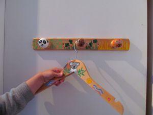 Commande de cintres en bois peint pour enfant