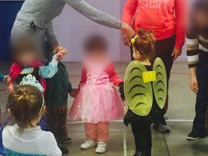Beaucoup de bambins déguisés et quelques parents sont venus au carnaval. Une histoire sur le thème à été lu par Céline, ensuite tout le monde à dégusté les crêpes préparés par les assistantes maternelles ! Ce fût une belle matinée pour tous.