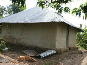 Des petites maisons en terre, avec un toit en tôle. On peut pas faire plus simple....