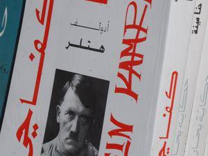 """Livre sur Hitler à Dakhla et """"Mein Kampf"""" traduit en arabe, dans une rue à moins d'une minute de la  place Jemaa el-Fna (en arabe : جامع الفناء, en français : place des trépassés)  à Marrakech. Copyright Michel Aymerich"""