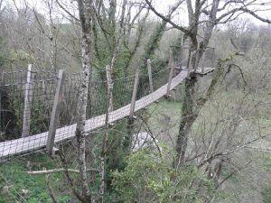 """L'extérieur de la cabane """"Céleste"""" avec son incroyable pont suspendu, son observatoire perché et sa table en terrasse !"""