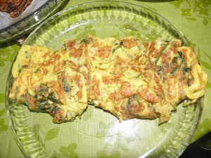 Le fabuleux fromage blanc aux herbes, l'omelette aux Pespounchous, les oeufs brouillés aux Prêles, l'extraordinaire salade de plantes sauvages et les patates aux pousses de fragon et aux herbes. Il y a vait également un flan salé de Gaillet gratteron mais pas pris en photo car laissé un peu trop longtemps dans le four et un peu trop coloré (mais pas brûlé, juste pas joli).