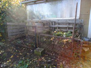 à gauche : les 2 bacs / à droite : compost prêt à être transférer dans le bac 2