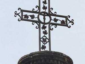 Une croix, à l'est.