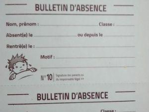 Des bulletins d'absence et de retard, figurant dans un cahier de liaison.
