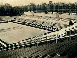 Les Mousquetaires et le premier stade de Roland Garros en construction