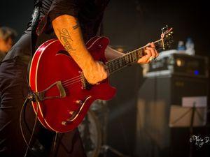Superbe concert de Blues Rock avec un artiste qui mouille sa chemise. Si il passe près de chez vous, n'hésitez pas !!!