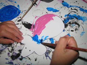 Avec de la peinture.