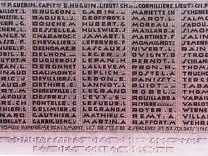 """Le 15 avril 2005 une délégation Américaine  dépose une couronne de coquelicots  avec les méssages suivants :  """" En souvenir de tous ces hommes et femmes  qui ont combattu pour leur pays  durant la Grande Guerre""""   """" Division de US/WFA avec Flanders Tours.  Repose en paix mon brave,  nous nous souvenons de toi"""""""