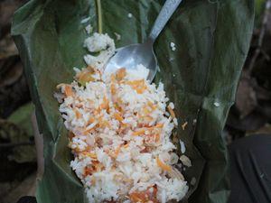 Pause repas: du riz cuit en maito, à l'étouffée dans une feuille de bananier.