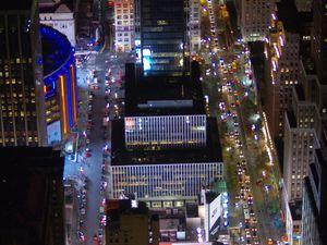 Tout en haut de l'Empire State Building. Ici, quel que soit le prix... Tu payes. Parce que ça c'est grisant, vraiment. Même si t'es pas un fana de la ville. A 381m au dessus du sol. C'est même presque émouvant. De se dire que... WTF c'est les hommes qui ont crée cet univers dans les nuages. Sans oublier que WTF, en hiver il fait au moins 6 degrés de moins en haut, et que le vent cinglant te fait rappeller que tu vas devoir vite redescendre.