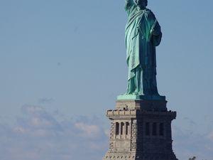 Le bon conseil de radin. Pas besoin de payer pour voir d'assez près la statut de la liberté. Un Ferry rempli de travailleurs New Yorkais relie l'Île de New York (et oui New York est une île) à Staten Island gratuitement.