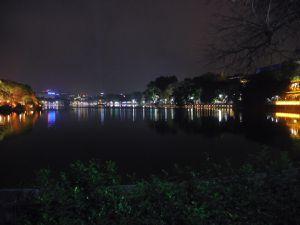 Une sorte de dansons sur les quais à lieu au lac hoan kiem. Ce lac est assez ressourçant le soir. A 15 minutes de l'auberge quand je me perds pas.