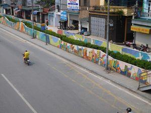 La fresque en mosaïque la plus longue du monde est au Vietnam. Sur le périph malheureusement.. Et c'est à peu près là que le voyage se termine!