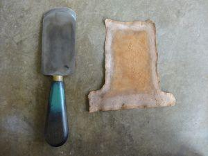 A gauche : Le couteau à parer et la peau parée / A droite : mise en place de la pièce de cuir sur la zone à restaurer