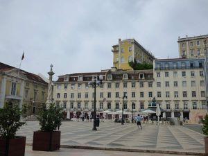 L'église Santo Estevao, la gare, place de quartier, la place du commerce dans le quartier Baixa, la cathédrale écroulée (couvent des Carmes)