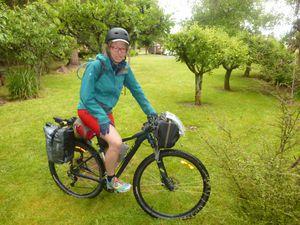 Notre amie Griet, équipement minimum et tente tarp.