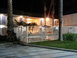 Premier motel! Sympa la piscine au milieu du parking! &#x3B;-)