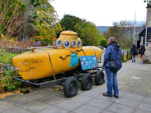 Loch Ness et mûres et ciels et mûres et un sous-marin jaune et mûres.