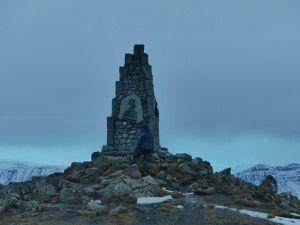 Annie prend des photos en voiture mais à l'arrêt : et aucune indication nulle part sur ce qu'est ce monument !