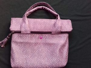 Sac en suédine craquelée prune et violet doublé coton violet, une grande poche fermée par zip et deux poches plaquées extérieur fermées par pression résine. Bandoulière amovible. Sac qui se porte sur l'épaule ou à la main. L30cm,H32cm (26 replié),P5cm