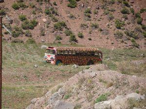 En chemin vers l'entrée du parc. Un bus façon  'into the wild', on passe devant le poste frontière argentin et un vieux pont de chemin de fer.