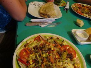 A San Pedro,  on se fait plaisir,  un petit Burger un jour, un repas végétarien un autre jour. Et, quand on mange en rue, on se fait rapidement de nouveaux amis. On peut voir aussi le chien du vendeur de burgers avec son magnifique collier !