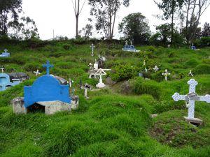 Arrivée à Chugchilan.  On passe devant son petit cimetière pas vraiment organisé