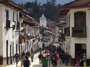 Rues, place centrale et église de Chachapoyas