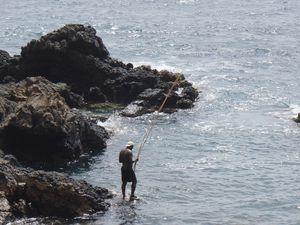 Au nord-est de Praia gît une épave, à praia de Mangue. Petit objectif pour une balade en bord de côte escarpée. L'aller-retour rapide (la marée montait, il fallait pouvoir rejoindre la plage de départ) nous a permis ensuite une halte rafraichissante à la plage dos amores, plus au nord, propice à la baignade pour les enfants : une barrière rocheuse bloque les vagues. Terrain d'apprentissage idéal pour Charlotte !