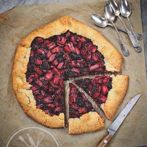 Tarte rustique à la rhubarbe et mûres