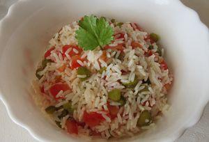 Salade de riz à la tomate et aux cornichons
