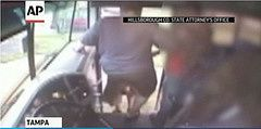 Chofer de autobús escolar empuja con una patada a una nena.