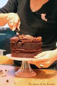 Un gros gâteau au chocolat!