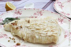 Ce que mange les elfes: poisson aux écailles d'amandes, pétales de roses et chantilly aux herbes
