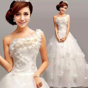 robe de mariée princesse à col asymétriqu en tulle avec des fleurs    Crédit photo : Persun.fr