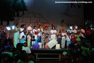 EAU VIVE et Momota: Noël splendide pour les orphelins!
