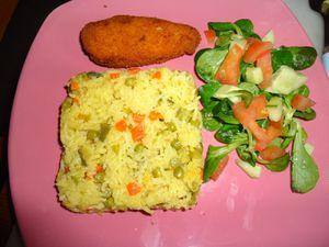 Nugget de poulet avec riz aux légumes et mâche aux tomates et concombres