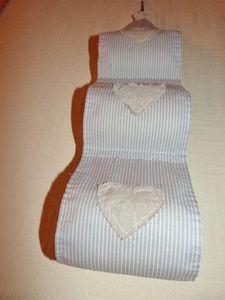 Un support à rouleaux de papier-toilette