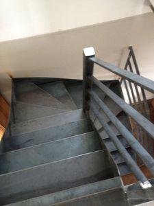 Rénovation d'une maison &#x3B; l'escalier en serrurerie est posé...