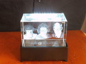 photos 3 D dans un bloc de verre et socle lumineux