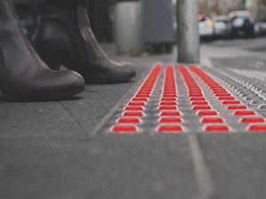 Des LEDs au sol pour traverser sans quitter son smartphone des yeux