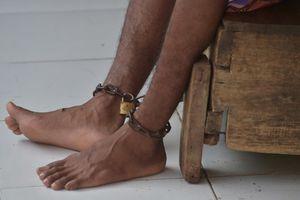 Indonezio : ĉenoj kiel kuracado por la mensmalsanuloj